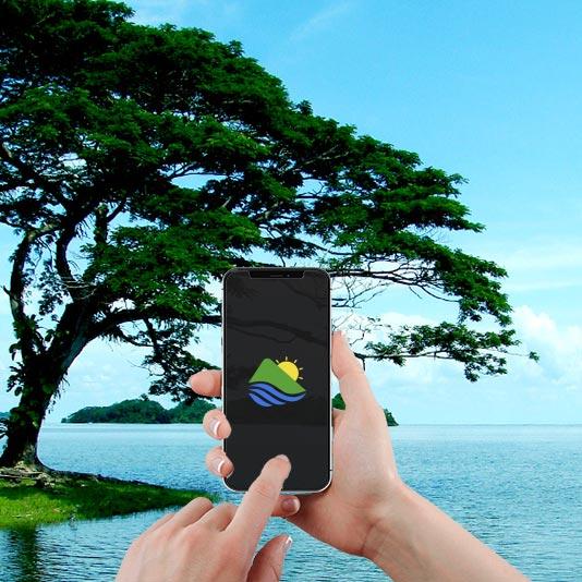 Imagen de un paisaje lacustre de cielo y lago en color azul muy intenso y claro, con un islote en primer plano en el cual hay un árbol frondoso. Esta imagen es la portada que enlaza a la página de trabajos de diseño Ux/Ui